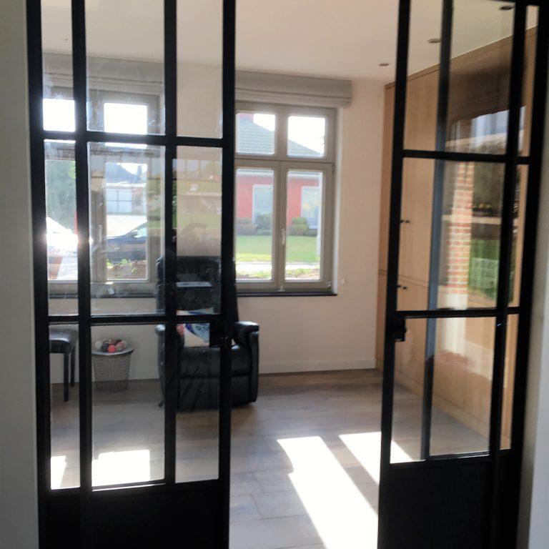smeedijzeren deur met symmetrische rail